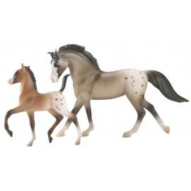 Boîte comprenant 1 cheval et son poulain. Assortiment aléatoire parmi 4 lots.